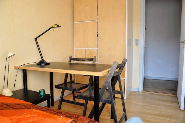 Enkelt værelse med arbejdsplads