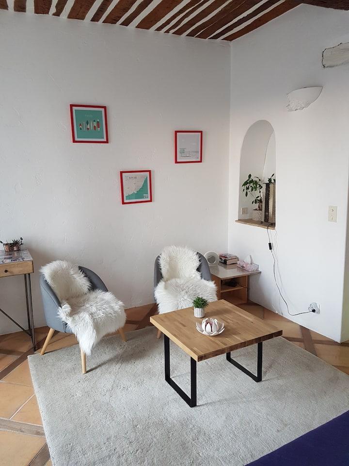 Studio dans maison de village, vue dégagée