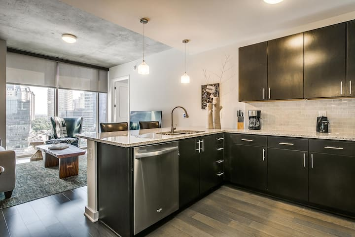 High-Rise 2BR w/ Pool+ Gym in Victory Park