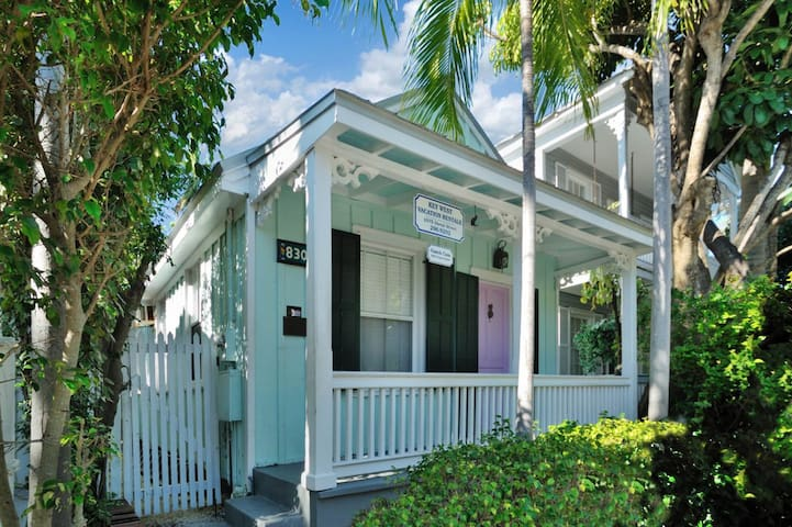 Charming cottage w/ private hot tub - 1 block from Duval, dogs OK!