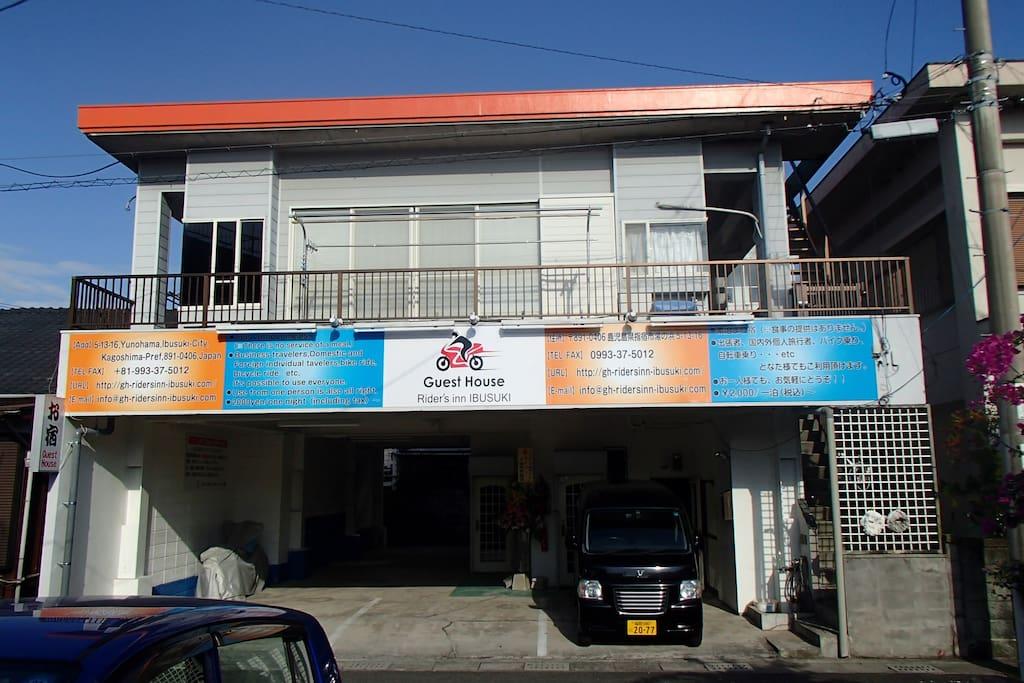 宿泊施設外観 1Fは無料の屋根付き駐車場/駐輪場です。