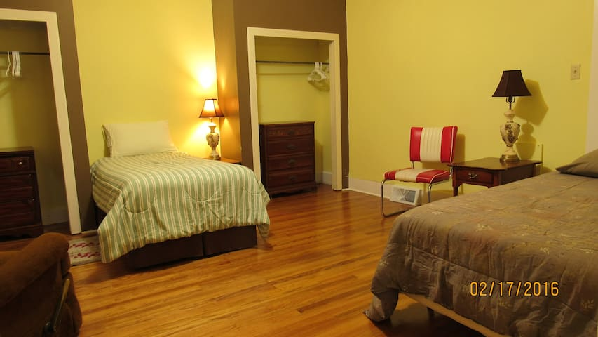 Twin Bed #1 in Yellow Room - Mount Vernon - Casa