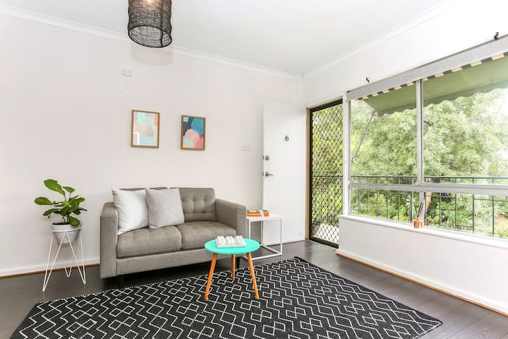 200m to Clipsal Track: Trendy Central Apartment