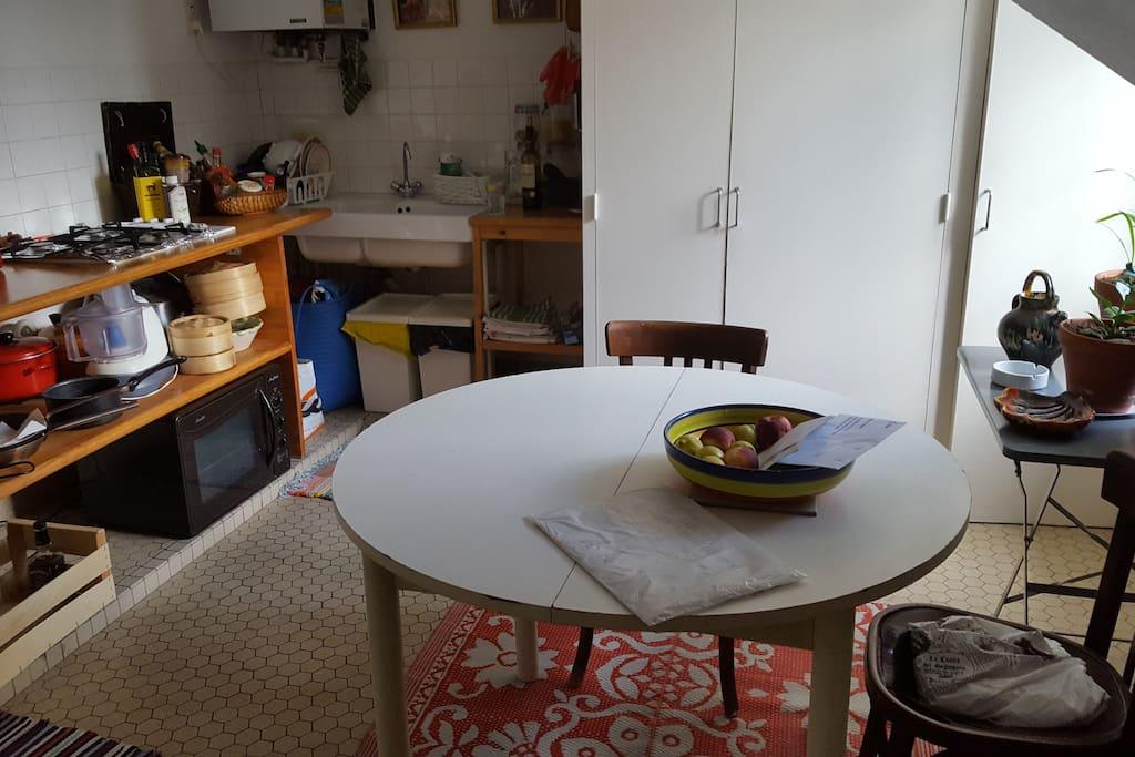 La cuisine, spacieuse et très équipée.