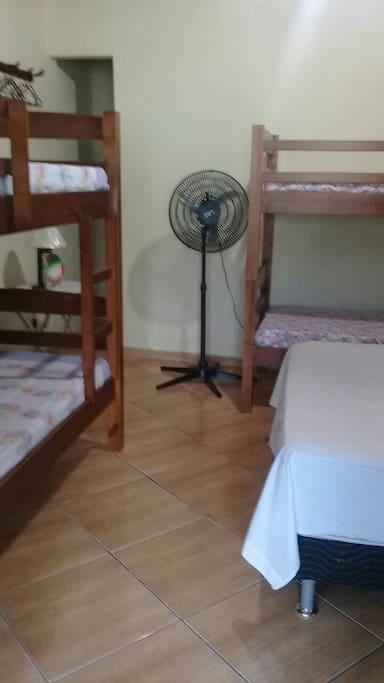 duas camas de beliche ,uma cama de casal e três ventiladores