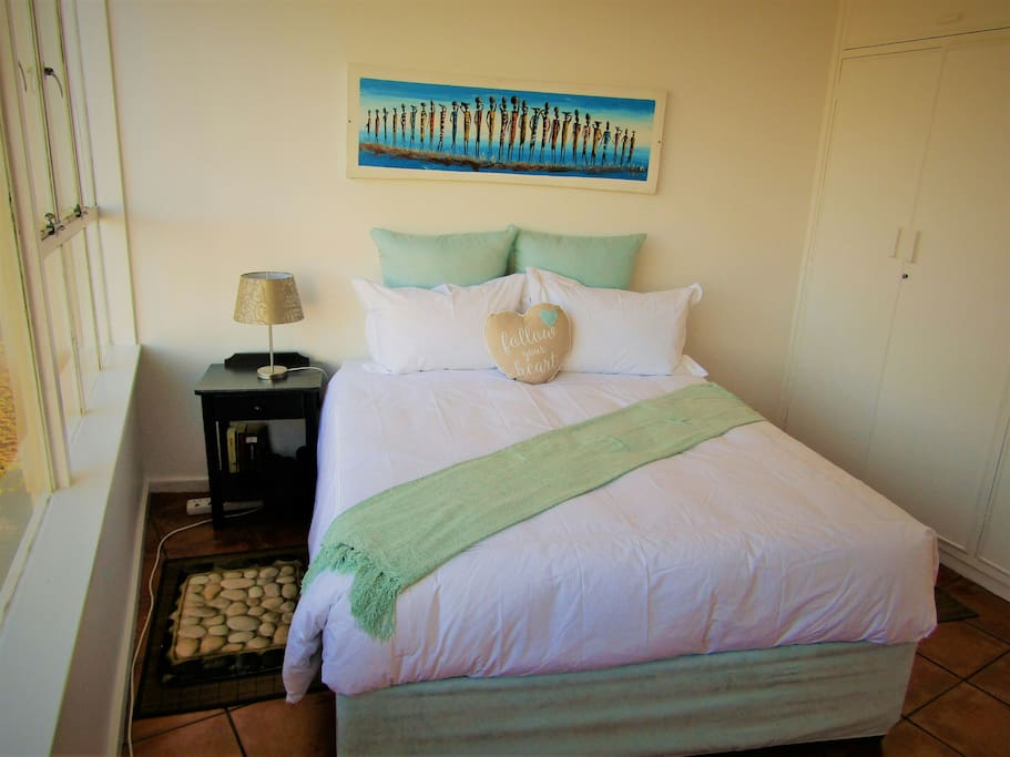 bedroom with queenseize bed,152cm x 200cm