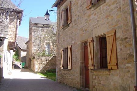Gite 4-5 personnes dans village - Rignac
