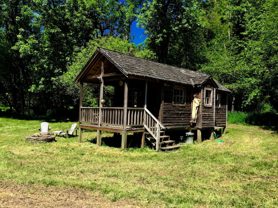 Charming rustic wood cabin cabins for rent in canby for Romantic cabins oregon