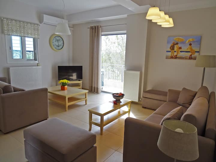 New large independent apt with garden 5'from beach