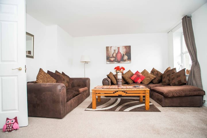 Fantastic 2 bedroom flat with free parking