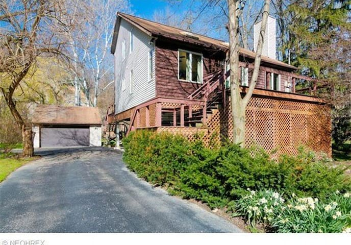 Lovely home on river - Willoughby Hills