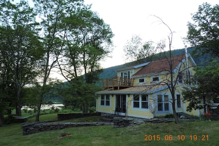 Road's end Farmhouse on small lake - Shokan