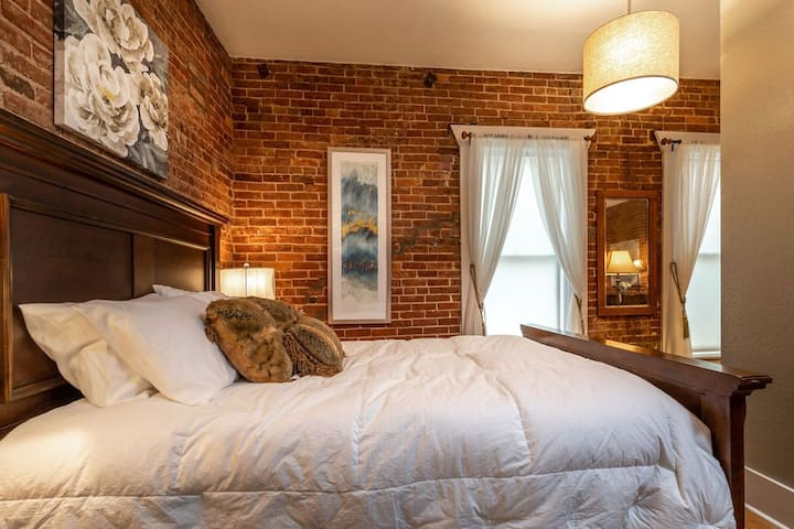 Historic River District, cozy, downtown Loft