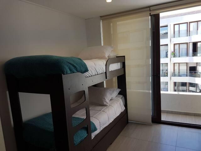 dormitorio secundario, con salida a balcon