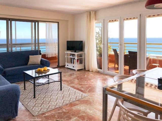 Salón con vistas al mar.