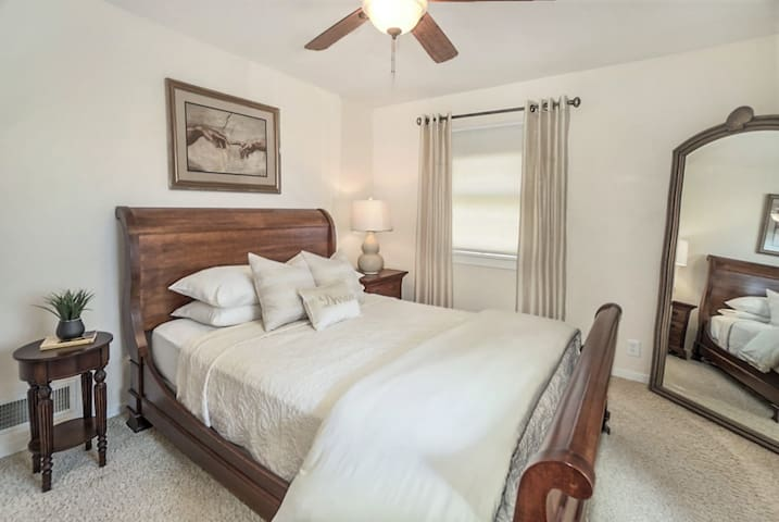 Comfy Queen Room - 2 Miles from Downtown