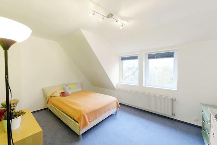 1 Freies Zimmer in bestehende WG zu Vermieten - Bremen - House
