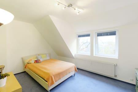 1 Freies Zimmer in bestehende WG zu Vermieten - Бремен - Дом