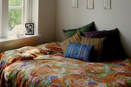 Comfy QS bed, A/C, Wifi at the Old School - Adamstown - Wohnung