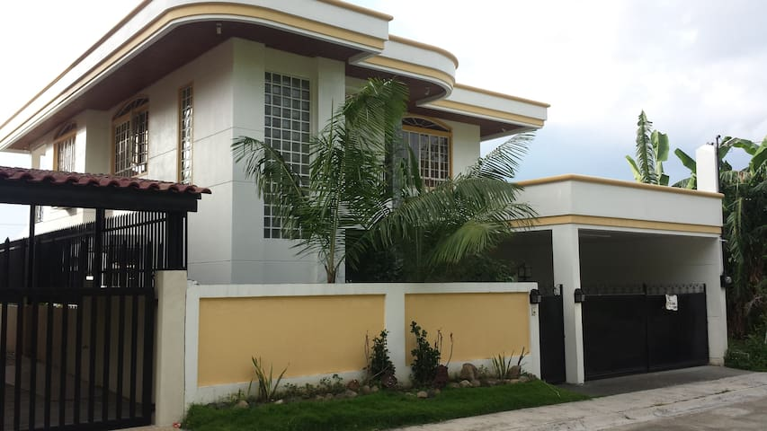 ENTIRE HOME W/ POOL IN LOS BANOS 7.5k/14hr 9k/24hr - Los Baños - Rumah