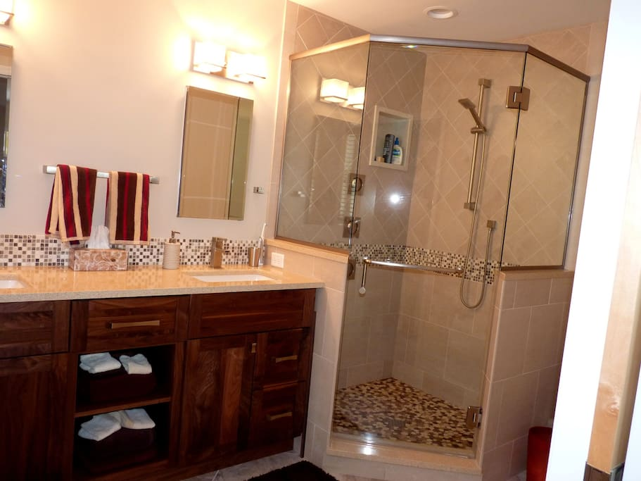 Master bathroom - enjoy the soothing body sprays