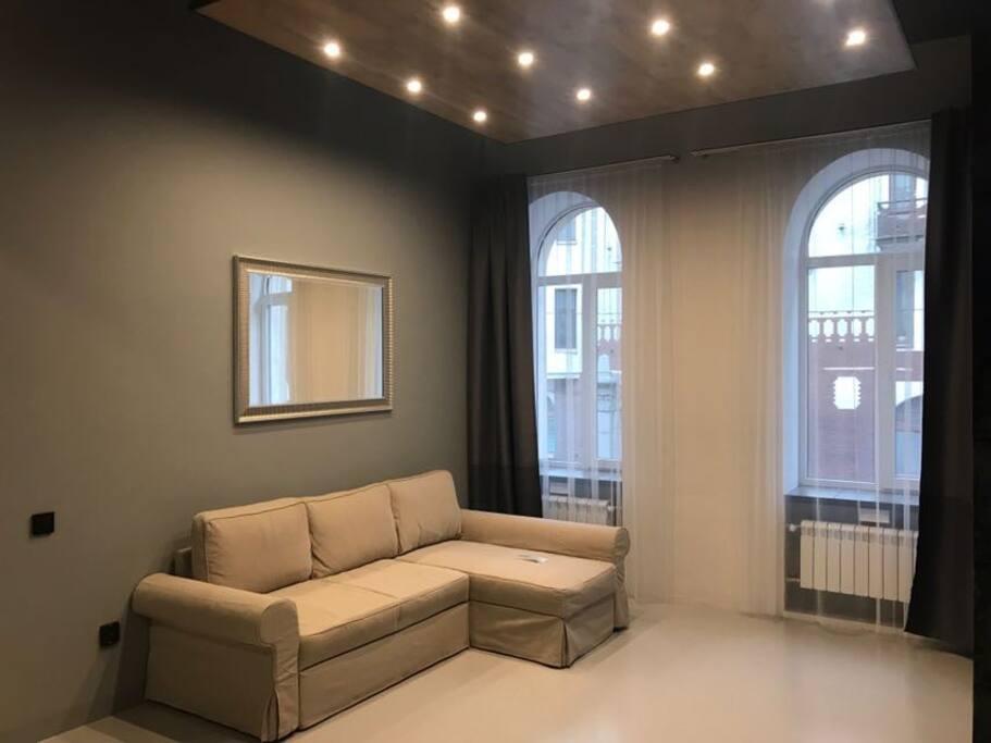Просторная гостиная (30 м2) с диваном -кроватью и большим смарт телевизором