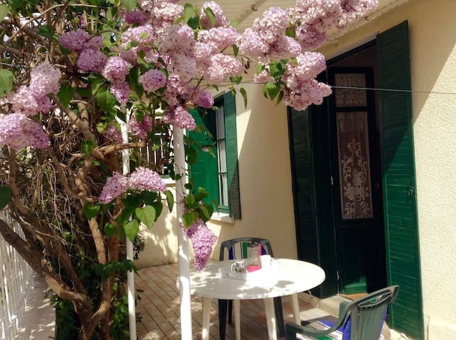 Room with private terrace 200m from the beach
