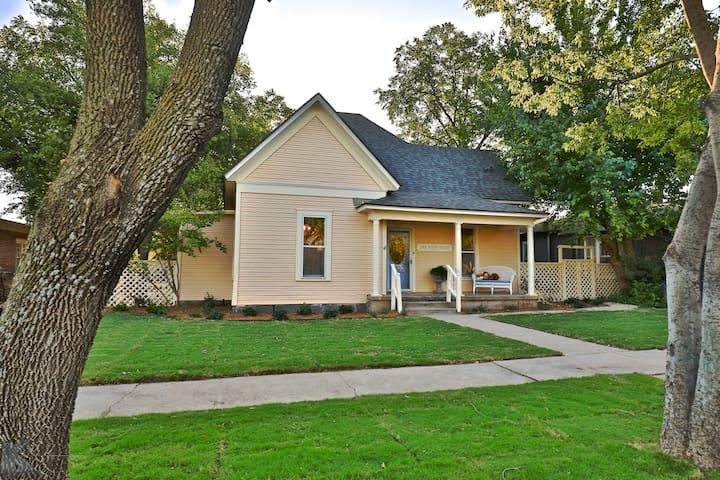 The Webb House, Historic Downtown Abilene sleeps 6