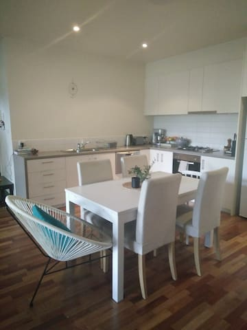 Cosy retreat near CBD (only 2 stops) - Kensington - Apartment