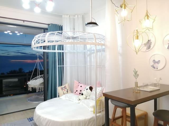 主题房:【浮生若梦】 躺在床上看海的浓情现代北欧风浪漫蜜月圆床 步行仅2分钟到海边 (2晚免费接机)