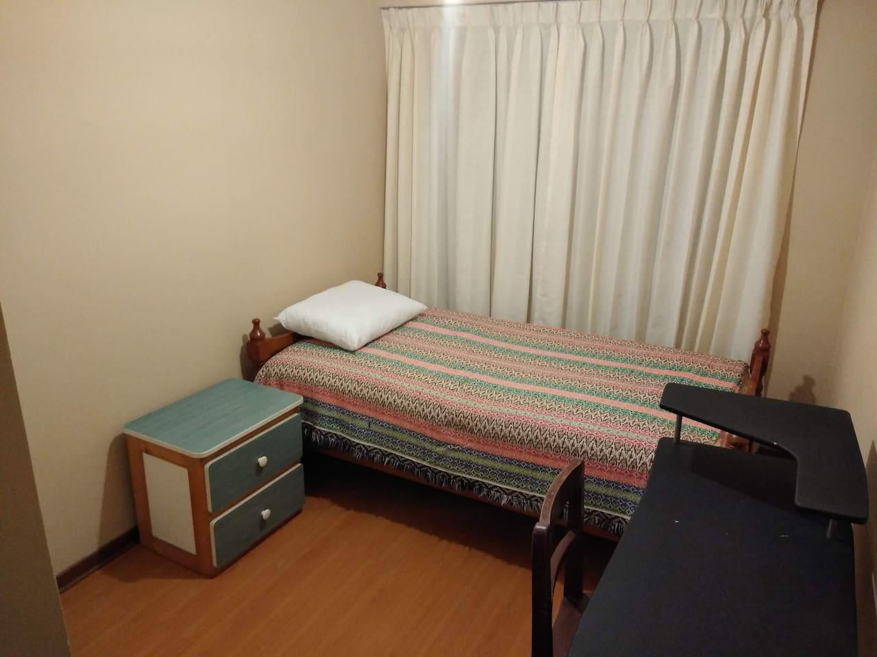 Habitación muy cómoda con mesa de trabajo, velador y clóset