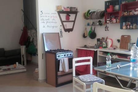 Stanza in appartamento con terrazzo - Palermo - Wohnung