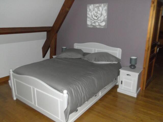 Le lit en 140 et les 2 chevets