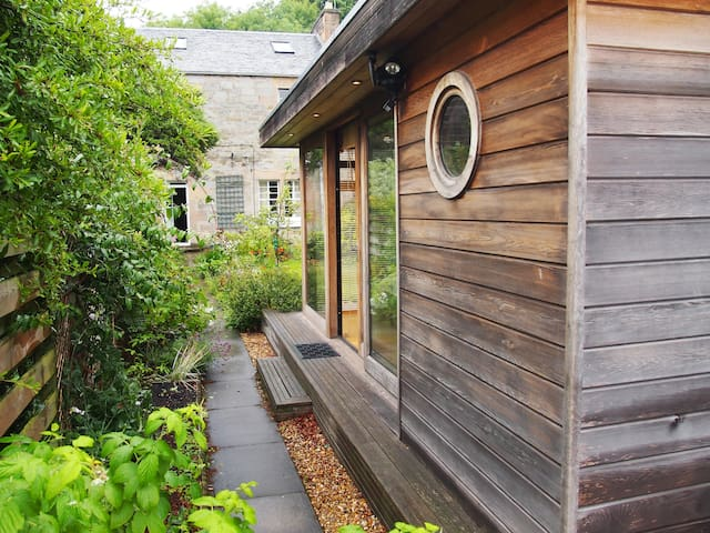 Garden Studio + private access + great bus links
