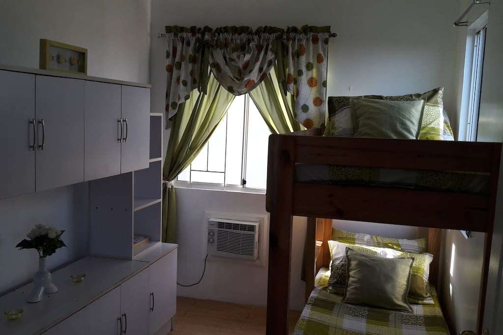 room w/ bank bed