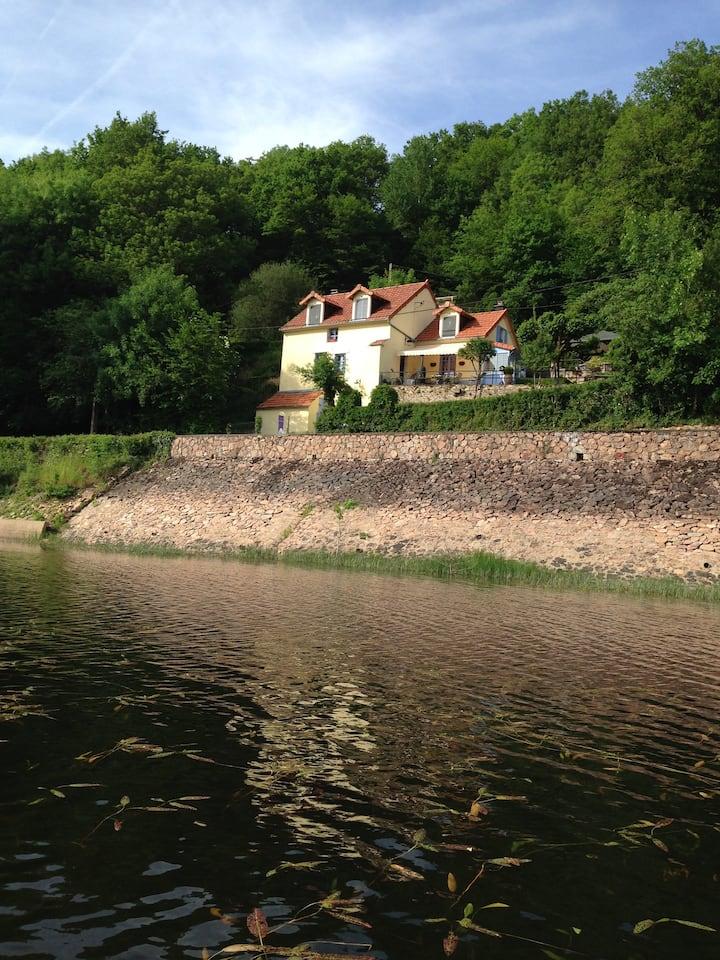 Chambre d'hôte Les Moulins au bord du lac,  Morvan
