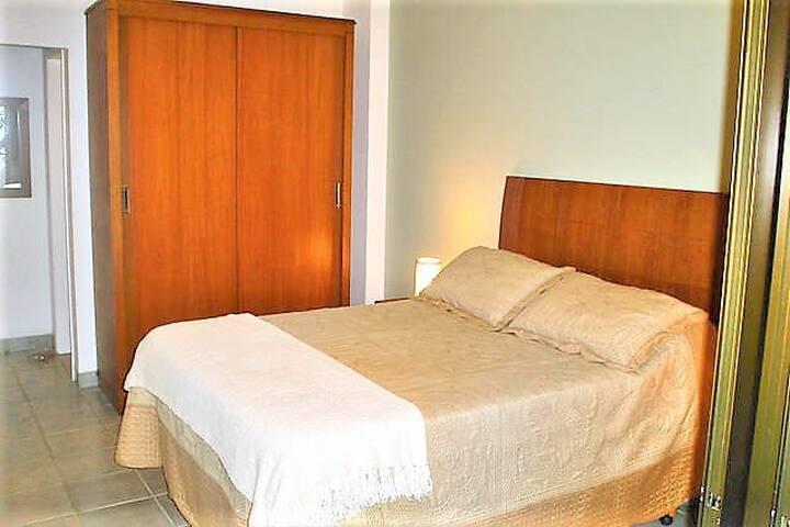 Quarto 1 - Suite (tem 1 colchão de casal extra nessa cama, entao cabem até 4 pessoas)