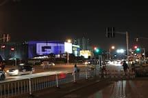 13号线就在楼下,万达广场在对面,华泰中心仅在1公里内