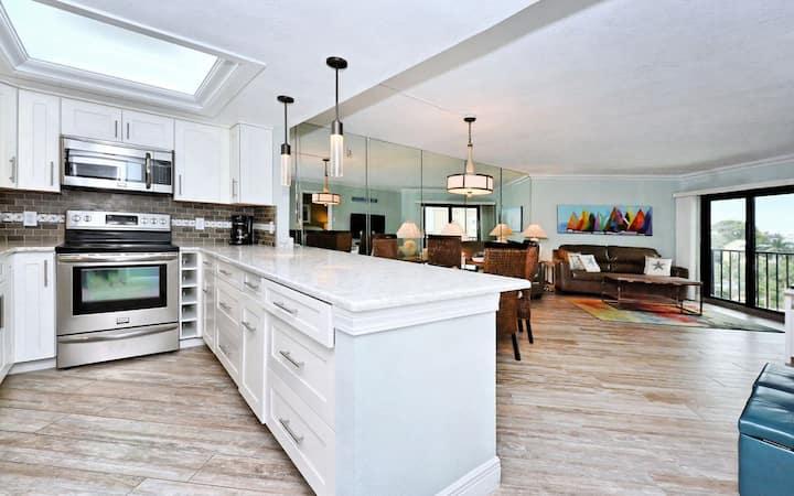 EP-402 Modern Floridian Style 2BR/2BA with Gulf Views on Beautiful Siesta Key