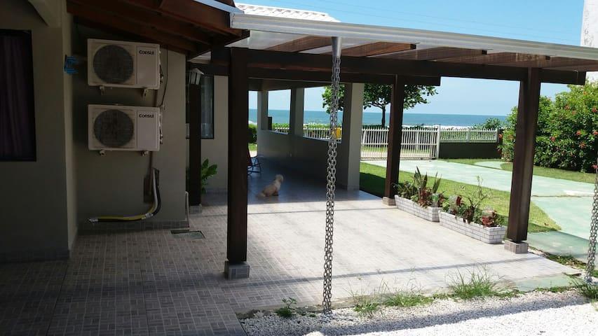 Linda casa de frente para o mar! - Itapoá - บ้าน