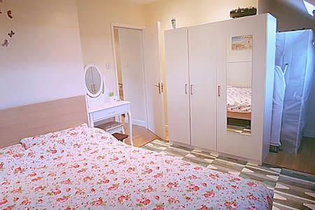 Cosy, bright room with bathroom NW2 - London - House