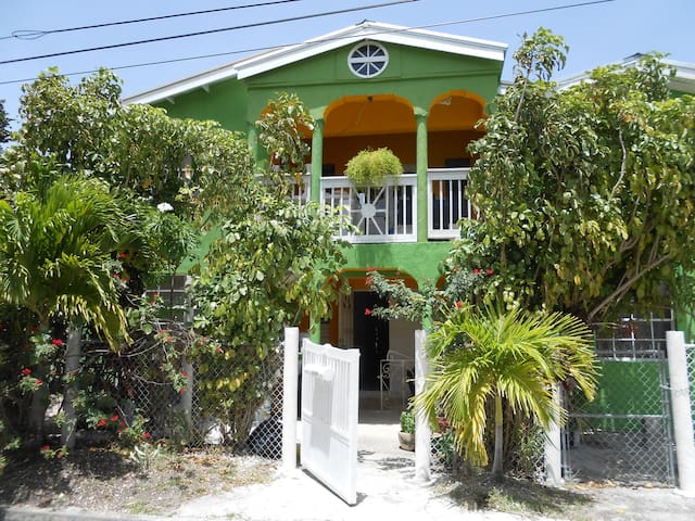 Jo J's Guest House 3 Bedroom Sleep 9 A/C Free WIFI