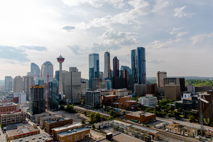 Luxury DT Condo, WALK to LRT/Stampede/Saddledome