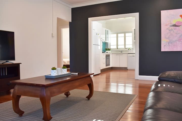 Spacious & Delightful 2Bed house 15mins from CBD
