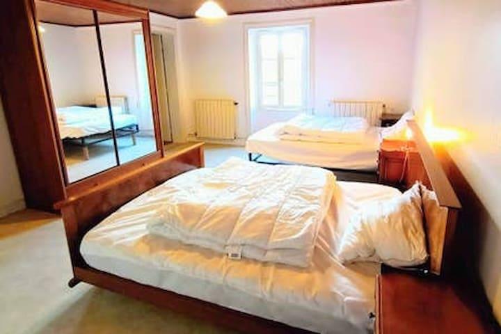 Photo chambre 1 avec au premier plan 1 lit en 140 cm et au second plan, 1 lit en 130 cm