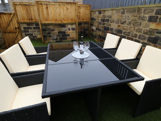 Shepley, Modern Furnished Town House, Nice Garden
