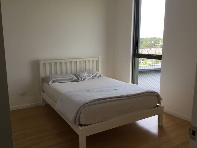 Modern&Clean Double size room with Bathroom - Eastwood - Apartemen