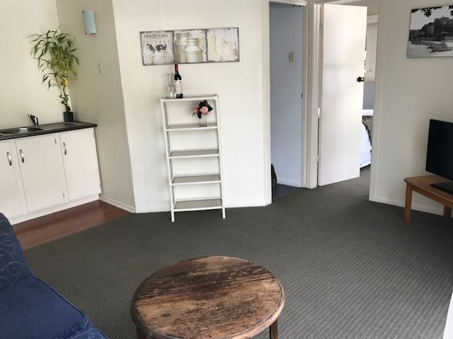 Self Contained 1 Bedroom Unit with Garden