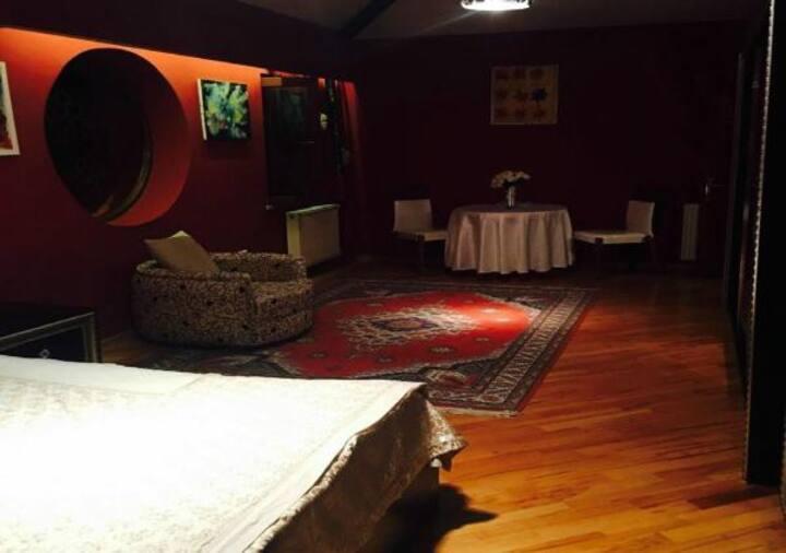 Красная комната с террасой с видом на на крепость
