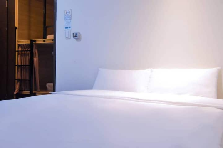 Double Bed with shared bathroom Starbox Hostel